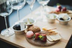 Gedeck mit Wein und Imbisse, Etikette und Ereignis lizenzfreies stockfoto