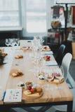 Gedeck mit Wein und Imbisse, Etikette und Ereignis lizenzfreie stockfotos