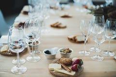 Gedeck mit Wein und Imbisse, Etikette und Ereignis stockfotos