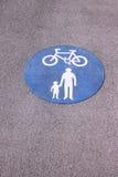 Gedeeld die voet en fietspad roundel teken op weg wordt geschilderd Stock Foto's