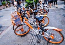 Gedeelde die Fietsen door Mobike op Straat in China wordt opgesteld stock fotografie