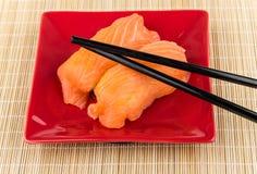 Gedeelte sushi met zalm en stokken Stock Foto's