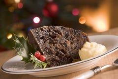 Gedeelte van de Pudding van Kerstmis met de Boter van de Brandewijn royalty-vrije stock foto's