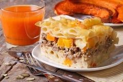 Gedeelte van deegwaren die met vlees, kaas en pompoen worden gebakken stock foto's