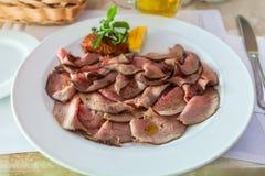 Gedeelte van gesneden braadstukrundvlees op plaat Stock Afbeelding