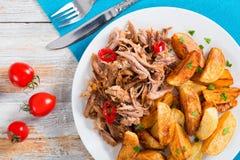 Gedeelte van getrokken langzaam-gekookt heerlijk vlees met gebraden aardappel royalty-vrije stock foto's
