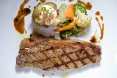 Gedeelte van middelgroot zeldzaam haasbiefstuklapje vlees Stock Afbeelding