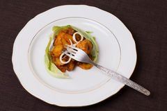 Gedeelte van varkensvleeshutspot met aardappels, kaas en bloemkoolbladeren Royalty-vrije Stock Foto's