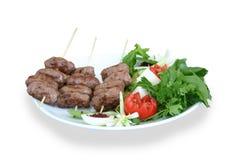 Gedeelte vleesballetjes die met salade worden gediend Stock Afbeelding