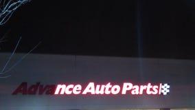 Gedeeltelijk aangestoken voor de opslagteken van Vooruitgangs Autodelen met embleem bij nacht NJ, DE V.S. stock fotografie