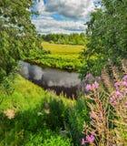 Gedeeltelijk bewolkt op een Zonnige dag op de rivierbank Royalty-vrije Stock Afbeeldingen