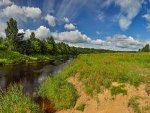 Gedeeltelijk bewolkt op een Zonnige dag op de rivierbank Royalty-vrije Stock Foto's