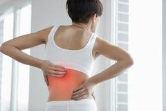 Gedeeltelijk desaturated beeld van gespannen mannelijke rug Close-up van Vrouwenlichaam met Pijn in Rug, Rugpijn stock fotografie