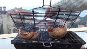 Gedeeltelijk gebrande geroosterde halve kip stock video