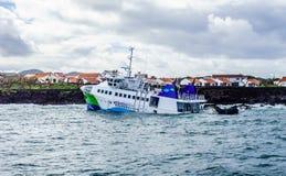Gedeeltelijk gedaalde veerboot dichtbij haveningang stock afbeelding
