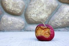 Gedeeltelijk gegeten rot fruit Stock Fotografie