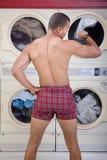 Gedeeltelijk Gekleed in Laundromat Stock Afbeeldingen