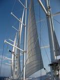Gedeeltelijk opgevouwene zeilen op groot schip Royalty-vrije Stock Afbeeldingen