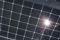 Gedeeltelijk transparante glasmodules op carport stock fotografie