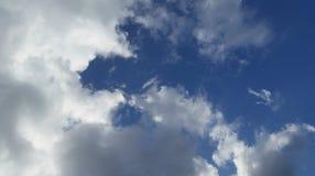 Gedeeltelijk zonnige/bewolkte dag met wat blauwe hemel Royalty-vrije Stock Afbeeldingen