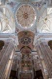 Gedeeltelijke binnenlandse mening van de Madonnadella Madia van Basiliekcattedrale in Monopoli, Puglia, Zuidelijk Italië royalty-vrije stock foto's