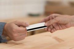 gedeeltelijke mening die van vrouw creditcard geven aan kelner voor betaling stock fotografie