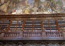 Gedeeltelijke mening van boekenrekken en plafondfresko, Filosofische Zaal, Strahov-Kloosterbibliotheek, Praque stock afbeelding