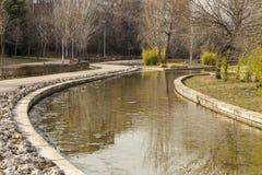 Gedeeltelijke mening van de rivier Henares aangezien het door Guadalaja overgaat Stock Afbeelding