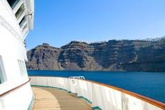 Gedeeltelijke mening van een cruiseschip met caldeira van Santorin in B royalty-vrije stock fotografie