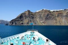 Gedeeltelijke mening van een cruiseschip met caldeira van Santorin en litt royalty-vrije stock foto