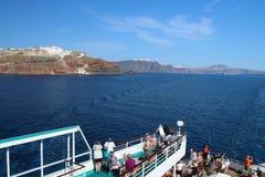 Gedeeltelijke mening van een cruiseschip met caldeira van Santorin en stad Stock Foto's