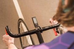 gedeeltelijke mening van fietser berijdende fiets tijdens ras op cyclus stock fotografie