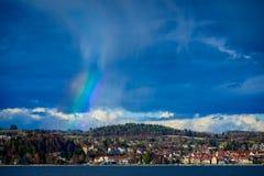 Gedeeltelijke regenboog over de stad royalty-vrije stock afbeelding