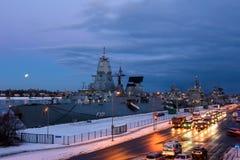 Gedeeltelijke verduistering van maan achter Duitse de NAVO marineschepen royalty-vrije stock afbeelding