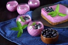 Gedeelten van het dessert en de cake van de bessenmousse stock foto