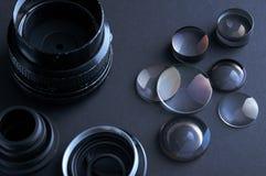 Gedemonteerde cameralenzen stock afbeeldingen