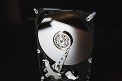 Gedemonteerde harde aandrijving van de computer (hdd) met spiegelgevolgen Een deel van computer (PC, laptop) stock fotografie