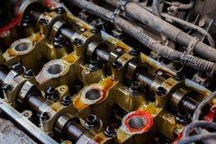 Gedemonteerde interne verbrandingsmotor, close-up van de eenheidshoofden stock afbeelding