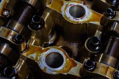 Gedemonteerde interne verbrandingsmotor, close-up van de eenheidshoofden royalty-vrije stock afbeeldingen