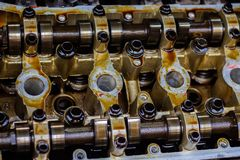 Gedemonteerde interne verbrandingsmotor, close-up van de eenheidshoofden, vervanging van pakkingen stock afbeeldingen