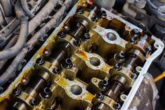 Gedemonteerde interne verbrandingsmotor, close-up van de eenheidshoofden, vervanging van pakkingen royalty-vrije stock foto's