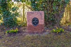 Gedenkmeilenstein auf dem Worcester- und Birmingham-Kanal, England lizenzfreie stockbilder