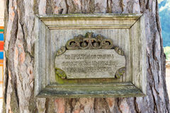 Gedenkplakette am heiligen Baum, das alte Troyan-Kloster, Bulgarien Lizenzfreie Stockfotos