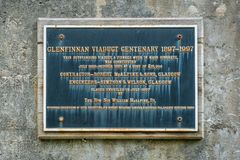 Gedenktafel am Bahnviadukt Glenfinnan, in Lochaber-Bereich der Hochländer von Schottland stockfoto