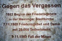Gedenktafel zu den Friedensgebeten für die Wiedervereinigung in Meiningen Deutschland lizenzfreie stockbilder