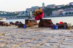 Gedenkteken aan de moorde Joden in Wereldoorlog II op de banken van de Donau stock foto