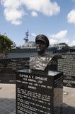 Gedenkteken aan Ondeugdadmiraal Clifton A F Sprague naast USS Centraal in San Diego Stock Fotografie