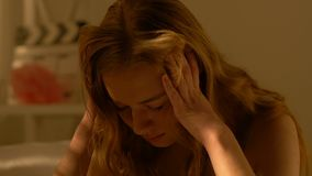 Gedeprimeerd de holdingshoofd van het tienermeisje, verhoudingsproblemen in jonge leeftijd stock video