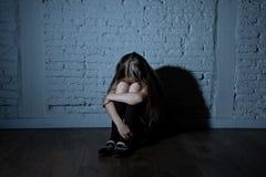 Gedeprimeerd droevig, ongelukkig, eenzaam kindslachtoffer van intimidatie het voelen, doen schrikken, misbruikt en royalty-vrije stock foto