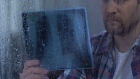 Gedeprimeerd mannetje die hopeloos longen x-ray gevoel bekijken, lijdend aan tuberculose stock video